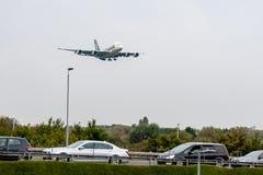 LONDON, ENGLAND - 27. SEPTEMBER 2017: Landung Singapore Airliness Airbus A380 9V-SKT in internationalem Flughafen Londons Heathro Stockfotos