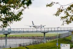 LONDON, ENGLAND - 27. SEPTEMBER 2017: Landung Singapore Airliness Airbus A380 9V-SKT in internationalem Flughafen Londons Heathro Stockbilder
