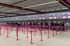 LONDON, ENGLAND - 29. SEPTEMBER 2017: Luton-Flughafen überprüfen herein Bereichs-Innenraum Wizzair-Linien London, England, Verein stockfoto