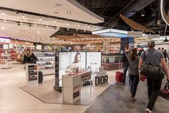 LONDON, ENGLAND - 29. SEPTEMBER 2017: Luton-Flughafen-Kontrollabfahrtbereich mit Dutyfreeshop London, England, Vereinigtes Königr lizenzfreie stockfotos