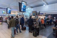 LONDON, ENGLAND - 29. SEPTEMBER 2017: Luton-Flughafen-Kontrollabfahrtbereich mit Dutyfreeshop London, England, Vereinigtes Königr lizenzfreies stockfoto