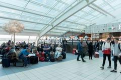 LONDON, ENGLAND - 29. SEPTEMBER 2017: Luton-Flughafen-Kontrollabfahrtbereich mit Dutyfreeshop London, England, Vereinigtes Königr stockbilder