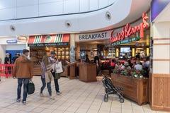 LONDON ENGLAND - SEPTEMBER 29, 2017: Område för avvikelsen för den Luton flygplatskontrollen med tullfritt shoppar London England Arkivfoton
