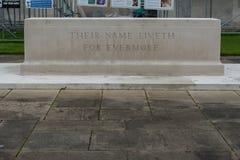 LONDON, ENGLAND - 27. SEPTEMBER 2017: Runnymede-Luftwaffen Erinnerungs in England Hinterhof mit ihrem Namen Liveth für immer Lizenzfreies Stockbild