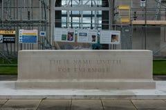 LONDON, ENGLAND - 27. SEPTEMBER 2017: Runnymede-Luftwaffen Erinnerungs in England Hinterhof mit ihrem Namen Liveth für immer Stockbild