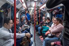 LONDON ENGLAND - SEPTEMBER 25, 2017: London tunnelbana Folk i tunnelbanadrev Royaltyfri Bild