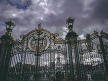 London, England - Tore des Buckingham Palace, des London-Wohnsitzes und der Verwaltungshauptsitze des Monarchen von Großbritannie stockfoto