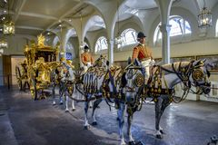 LONDON England UK - Februari 15, 2016: Kungliga Mews London Den guld- statliga lagledaren arkivfoton