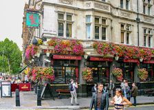 London, England/Vereinigtes Königreich - Sept. 16, 2011: eine Landschaftsansicht des berühmten roten Löwes Der rote Löwe ist ein  stockfotografie