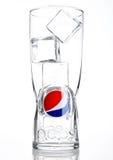 LONDON ENIG KINGDOM-OCTOBER 03, 2016: Original- tomt pepsi colaexponeringsglas med iskuber Pepsi är en kolsyrad läsk som är p Royaltyfri Bild