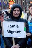 London eniga Kingdon - Februari 20th, 2017: Personer som protesterar samlar i parlamentfyrkant för att protestera inbjudan till F royaltyfri bild