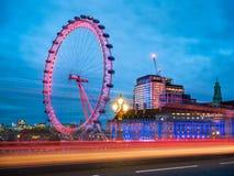 London Eye à Londres au-dessus du pont de Westminster image stock