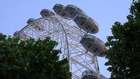 London Eye i solnedgång, folk i nöjesfält, turister som reser Closeupsikt arkivfilmer