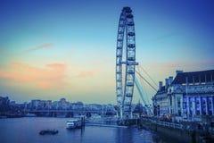London Eye på skymning, London, UK royaltyfri fotografi