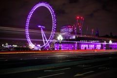 London Eye som är färgrik på natten royaltyfri fotografi