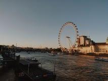 London Eye tijdens de zonsondergang stock afbeeldingen