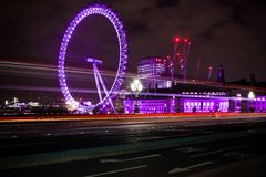 London Eye variopinto alla notte fotografia stock libera da diritti