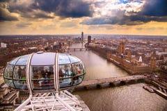 london för ligganden för byggnadscityscapekusten visar den moderna floden thames Arkivfoto