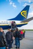 LONDON FÖRENADE KUNGARIKET - April 12, 2015: Passagerare som stiger ombord en Ryanair Boeing B737 i den Stansted flygplatsen nära Royaltyfria Bilder