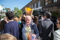 London Förenade kungariket - April 17, 2015: söndag för Columbia vägblomma marknad Gataaffärsmän säljer deras materiel Royaltyfri Fotografi