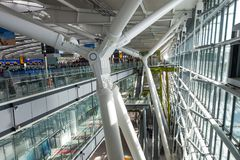 LONDON FÖRENADE KUNGARIKET - AUGUSTI 28, 2017 - avvikelser som är slutliga på Heathrow flygplats, en av sex internationella flygp royaltyfria bilder
