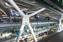 LONDON FÖRENADE KUNGARIKET - AUGUSTI 28, 2017 - avvikelser som är slutliga på Heathrow flygplats, en av sex internationella flygp arkivfoto
