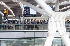 LONDON FÖRENADE KUNGARIKET - AUGUSTI 28, 2017 - avvikelser som är slutliga på Heathrow flygplats, en av sex internationella flygp royaltyfri foto