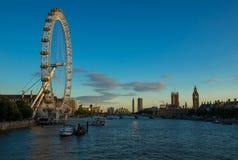 LONDON FÖRENADE KUNGARIKET - AUGUSTI 9 2015: Det London ögat är en av Royaltyfri Fotografi