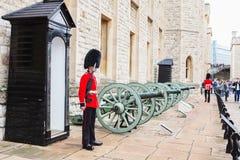 LONDON FÖRENADE KUNGARIKET - AUGUSTI 21, 2017: Kunglig vakt på tornet Arkivfoto