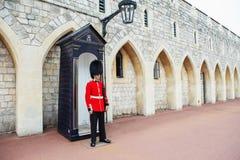 LONDON FÖRENADE KUNGARIKET - AUGUSTI 22, 2017: Kunglig vakt på Windso Arkivfoto