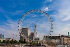LONDON, FÖRENADE KUNGARIKET - AUGUSTI 28, 2017 - sikt av det London ögat och omgivningen från den Westminster milleniumpir arkivfoton