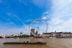 LONDON, FÖRENADE KUNGARIKET - AUGUSTI 28, 2017 - sikt av det London ögat och omgivningen från den Westminster milleniumpir royaltyfri foto