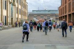 London Förenade kungariket - Augusti 3, 2017: Turister som korsar över milleniet Fotografering för Bildbyråer