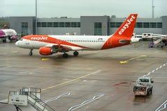 London Förenade kungariket - Februari 05, 2019: Easyjet flygbuss väntningar för A 320 - 214 på LTN-flygplatsen den lätta strålen, arkivbild