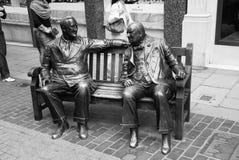 London Förenade kungariket - Februari 25, 2010: skulptur av män sitter på bänk i brons Bundsförvantskulptur på gatan vänner royaltyfri foto