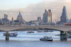 LONDON FÖRENADE KUNGARIKET - JANUARI 15: Kanonjärnvägsbro över flodThemsen med att kryssa omkring skepp- och kanongatastationen,  Arkivfoton