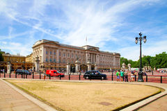LONDON FÖRENADE KUNGARIKET - JULI 15, 2013: TuristbesökBuckingham Palace Arkivfoto