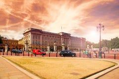 LONDON FÖRENADE KUNGARIKET - JULI 15, 2013: TuristbesökBuckingham Palace, solnedgånghimmel Royaltyfria Bilder