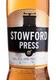 LONDON FÖRENADE KUNGARIKET - JUNI 22, 2017: Flasketikett av äppeljuice för Stowford presswestons på vit Arkivbild