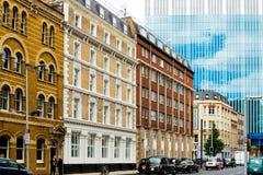 LONDON FÖRENADE KUNGARIKET - Juni 21, 2016 Gatasikt av gammalt byggande Arkivbild