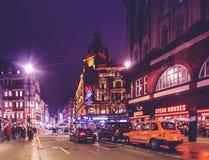 LONDON FÖRENADE KUNGARIKET - MARS 12: Aftonsikt av kapplöpningsbanakasinot, en berömd kasino i den Leicester fyrkanten, i London royaltyfria foton