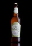 LONDON FÖRENADE KUNGARIKET - MARS 23, 2017: Flaska av Bitburger öl på svart Det Bitburger bryggeriet är ett stort tyskt bryggeri  Arkivbild