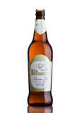 LONDON FÖRENADE KUNGARIKET - MARS 23, 2017: Flaska av Bitburger öl på vit Det Bitburger bryggeriet är ett stort tyskt bryggeri so Royaltyfria Bilder