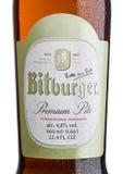 LONDON FÖRENADE KUNGARIKET - MARS 23, 2017: Flasketikett av Bitburger öl på vit Det Bitburger bryggeriet är ett funnit stort tysk Royaltyfri Bild