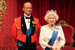 London Förenade kungariket - mars 20, 2017: Göra till drottning Elizabeth ii 2 & för ståendewaxworken för prins Philip diagramet  Royaltyfria Foton