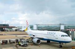 LONDON FÖRENADE KUNGARIKET - mars 10, 2015: Tanka Kroatienflygbolags flygbuss A320 på den Gatwick flygplatsen i London, UK Royaltyfri Bild