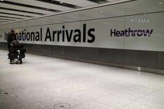 London Förenade kungariket - 12/19/2017: Någon som ankommer på London arkivfoto