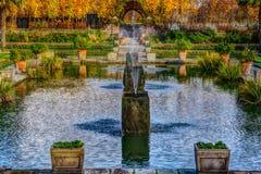 London Förenade kungariket - 13 November, 2018 - slut upp sikt av vattenspringbrunnen i den härliga sjunkna trädgården arkivfoto