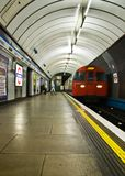 London Förenade kungariket - November 25th, 2006: Victoria linje rör fotografering för bildbyråer