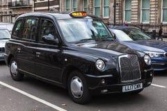 London Förenade kungariket, svart taxitaxi för klassiker Royaltyfri Fotografi